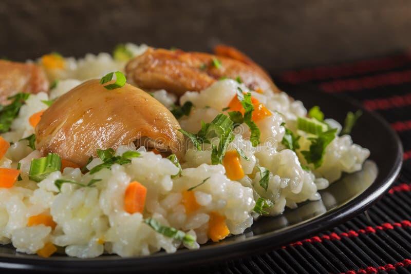 Pilaf - alimento tradizionale rumeno fatto con il pollo, il riso e la VE fotografia stock