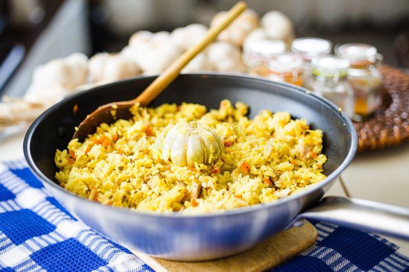 Pilaf con manzo, le carote, le cipolle, l'aglio e le spezie, piatto tradizionale di cucina asiatica, fuoco selettivo fotografie stock libere da diritti
