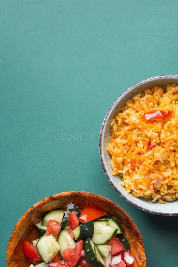 Pilaf guisado arroz mexicano nacional tradicional del tomate con Chili Peppers Garlic caliente en cuenco r imagenes de archivo
