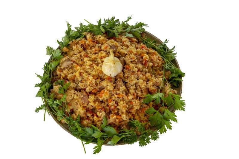 Pilaf mit Rindfleisch, Karotten, Zwiebeln, Knoblauch, Pfeffer Ein traditioneller Teller der asiatischen K?che ?ber Wei? lizenzfreie stockfotos