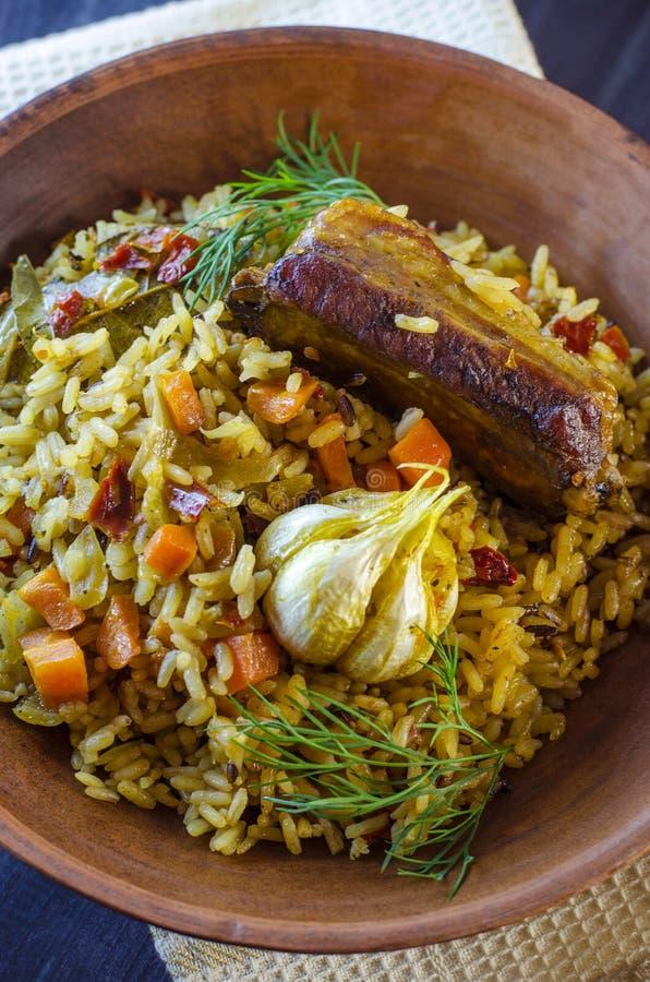 Pilaf sur un plateau avec de la viande et des épices images stock