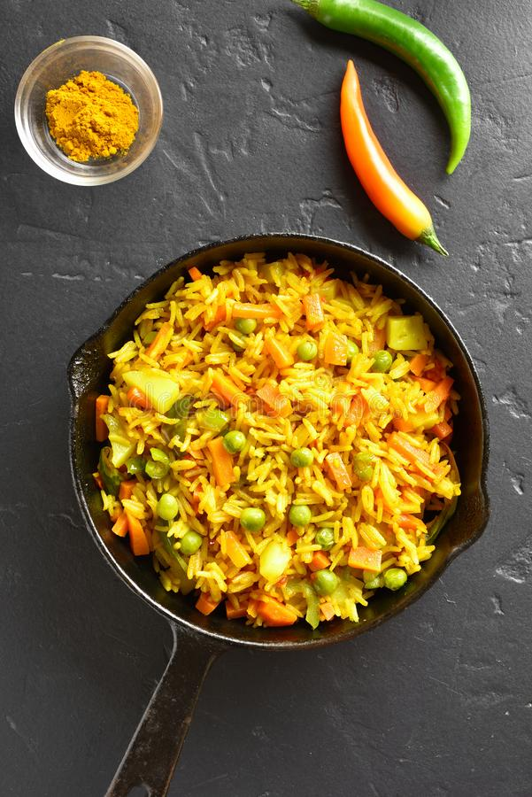 Pilaf vegetariano in padella fotografia stock