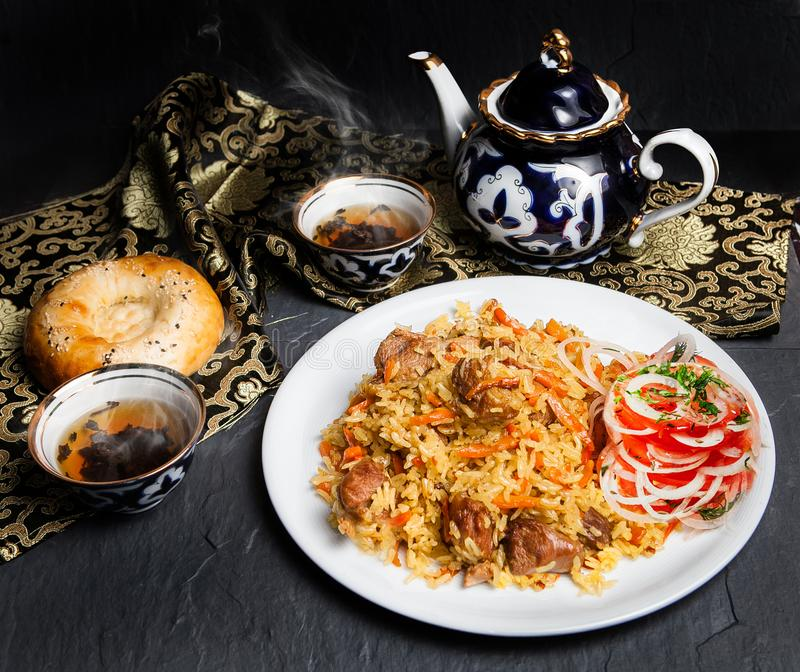 Pilaff är en nationell uzbekisk maträtt arkivbild
