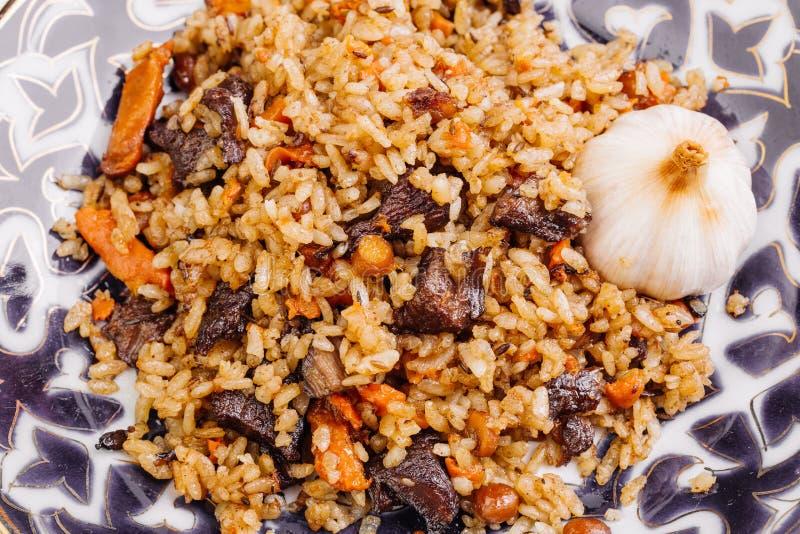 Pilaff med lammkött och grönsaker Lagat mat med det stekte lammet som är ric royaltyfria bilder
