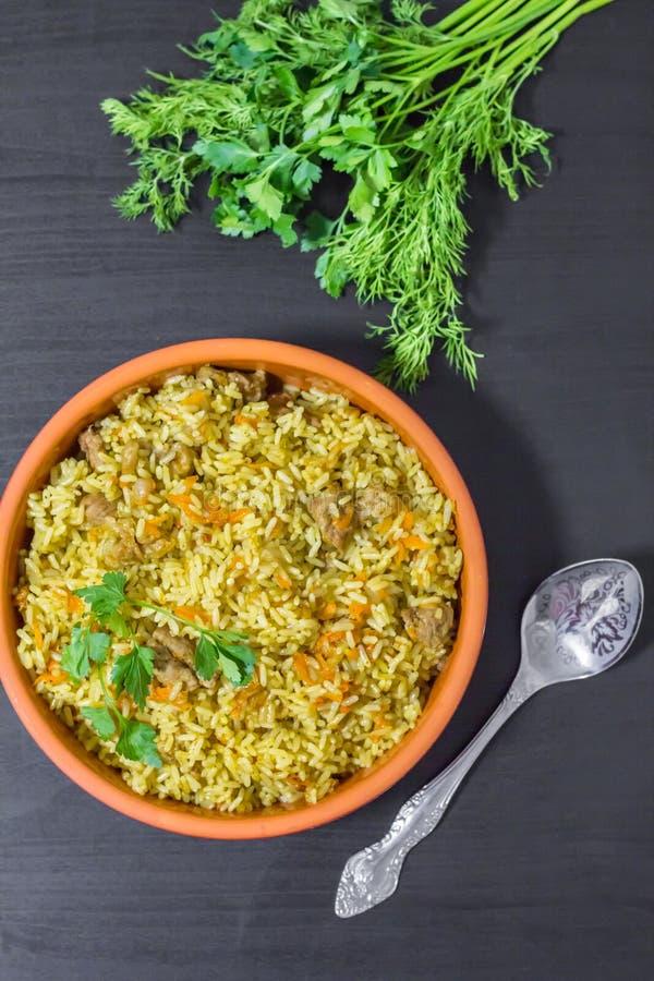 Pilaff med nötkött, morötter, lökar, vitlök, peppar och spiskummin En traditionell maträtt av asiatisk kokkonst royaltyfri bild