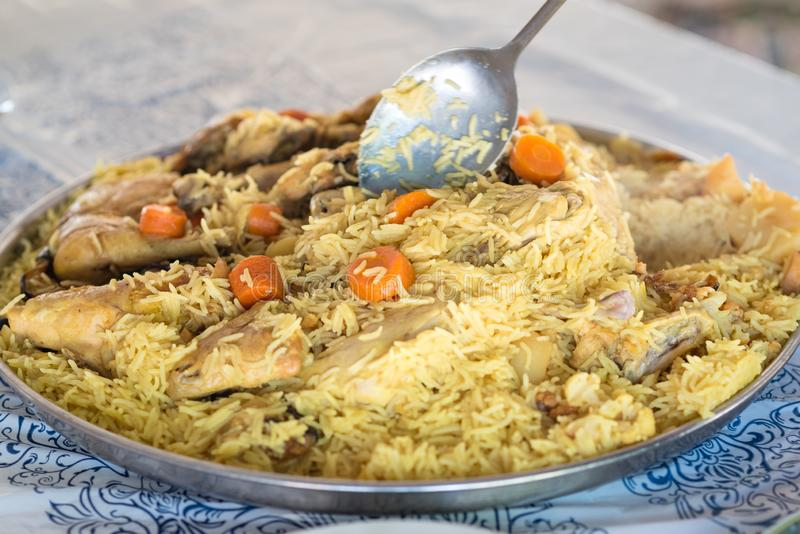 Pilaff - ris med kött, potatisar och morötter Maträtten inkluderar royaltyfria foton