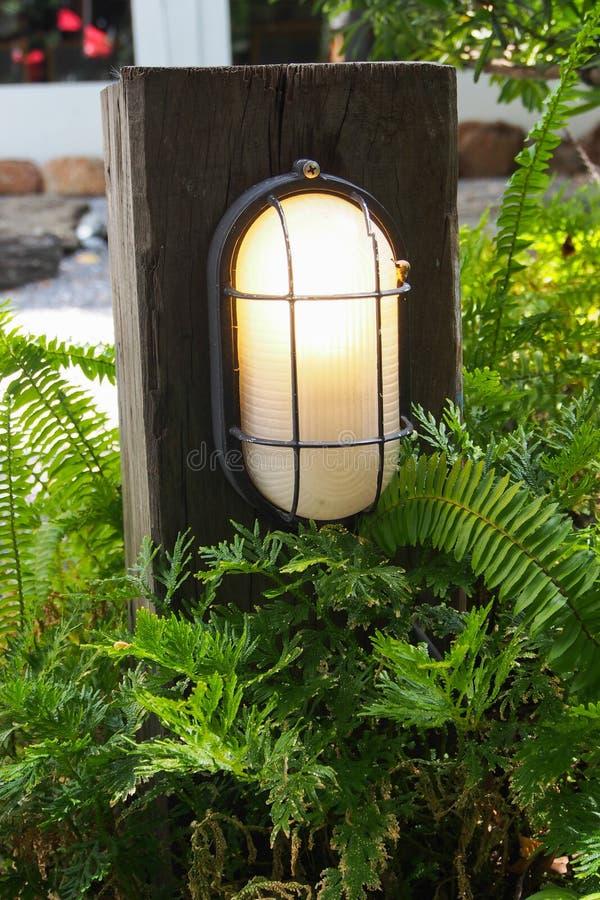 Pilaire en bois de vieille mode avec la lampe pour la décoration de jardin images libres de droits