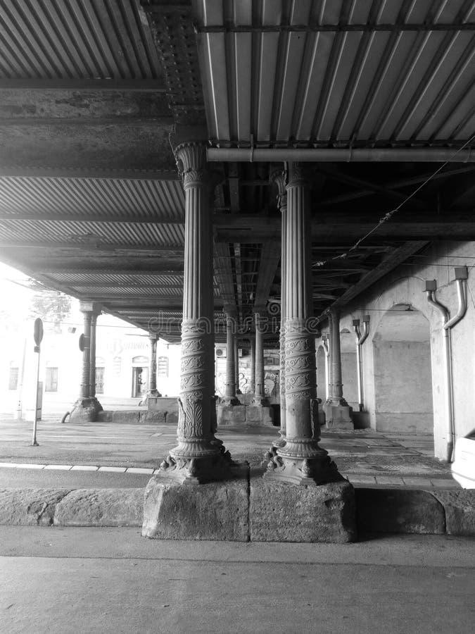 Pilar bajo estación de tren principal fotografía de archivo