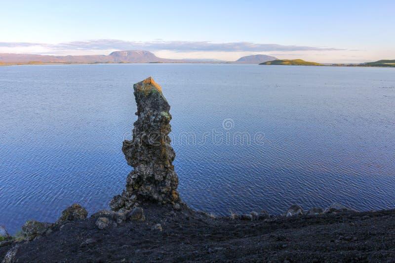 Pilar de la lava en el lago Myvatn, Islandia fotos de archivo