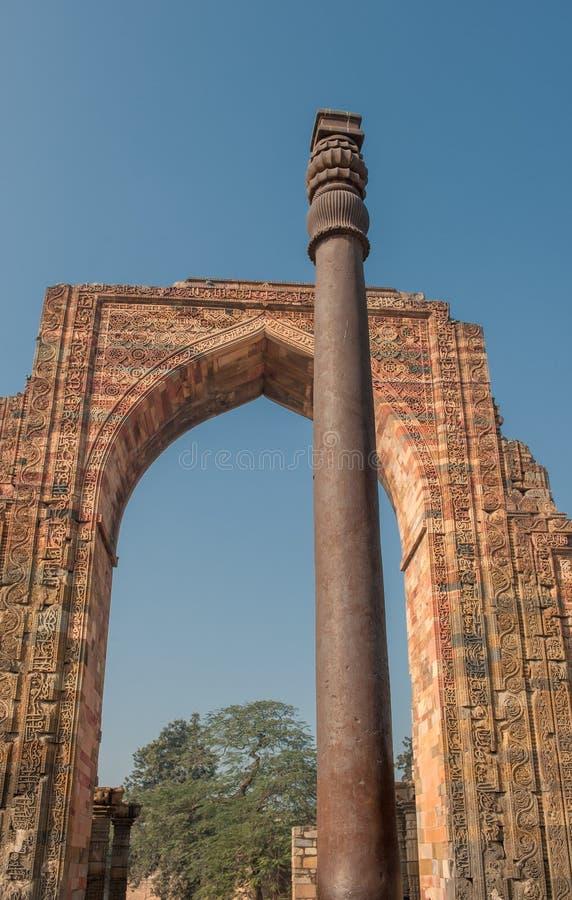 Planche el pilar en Qutub Minar, Delhi, la India fotografía de archivo