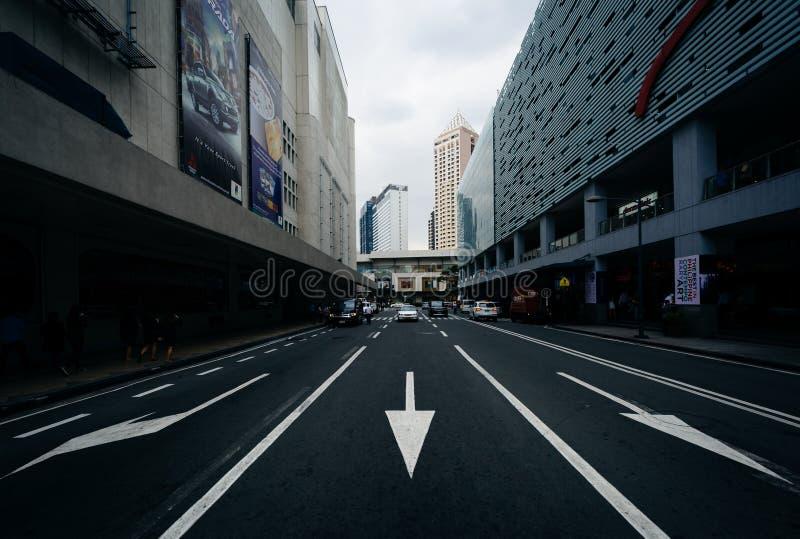 Pilar och moderna byggnader på gångallén kör, på Ayala, i Makat arkivfoto