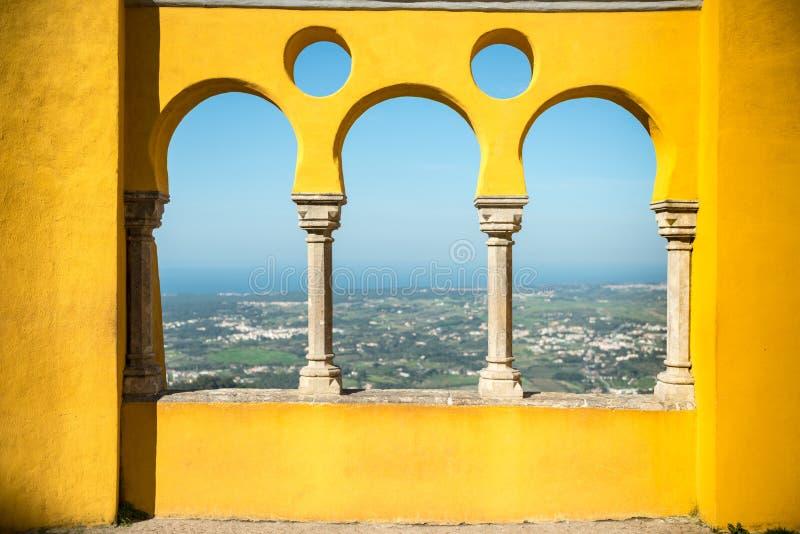Pilares amarillos imagen de archivo