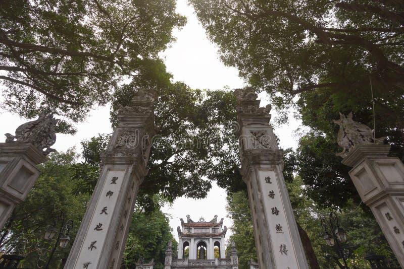 Pilares antiguos en la entrada principal del templo de la literatura - universidad nacional del ` s primer de Vietnam construida  foto de archivo