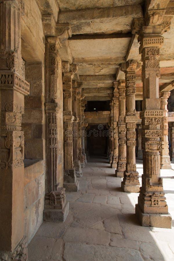 Pilares bien hechos a mano, complejo de Qutub Minar, Delhi, la India imágenes de archivo libres de regalías