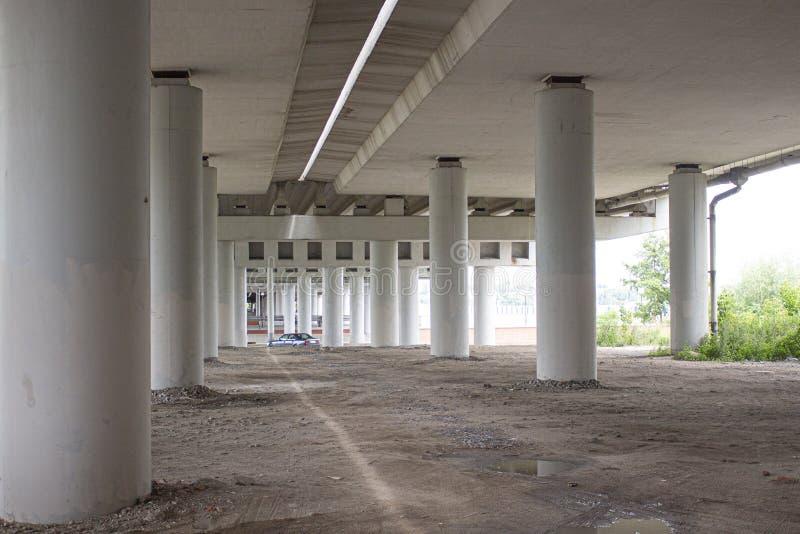 Pilares concretos blancos del puente vista inferior del puente foto de archivo libre de regalías