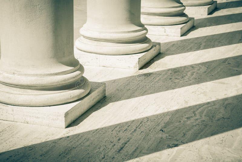 Pilares de la ley y de la justicia foto de archivo