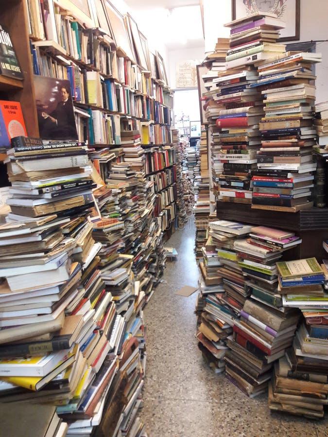 Pilares de livros usados na livraria de Montevidéu Uruguai imagem de stock