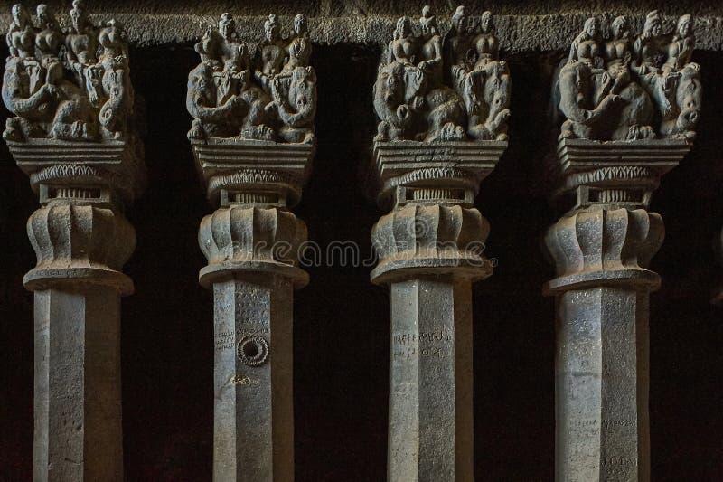 Pilares de piedra tallados en Karla Caves, Lonavala, Pune, maharashtra imagen de archivo