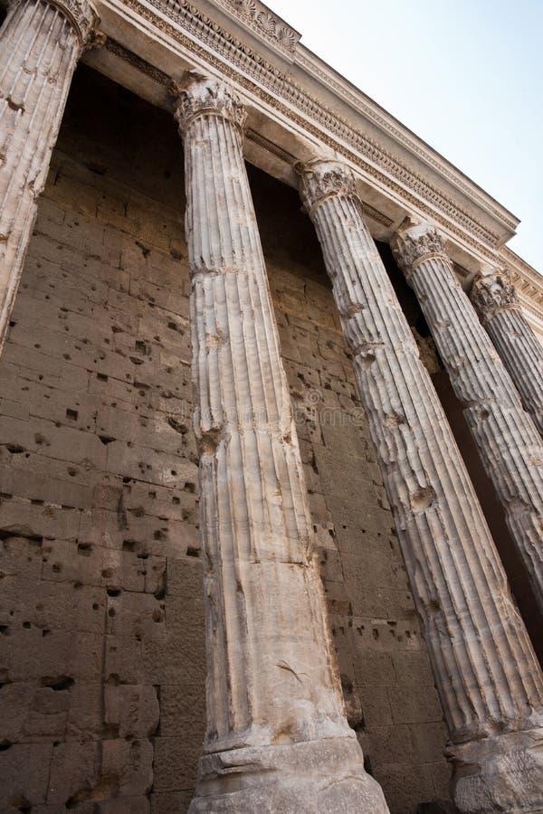 Pilares desgastados edad, templo de Hadrians. imagen de archivo libre de regalías
