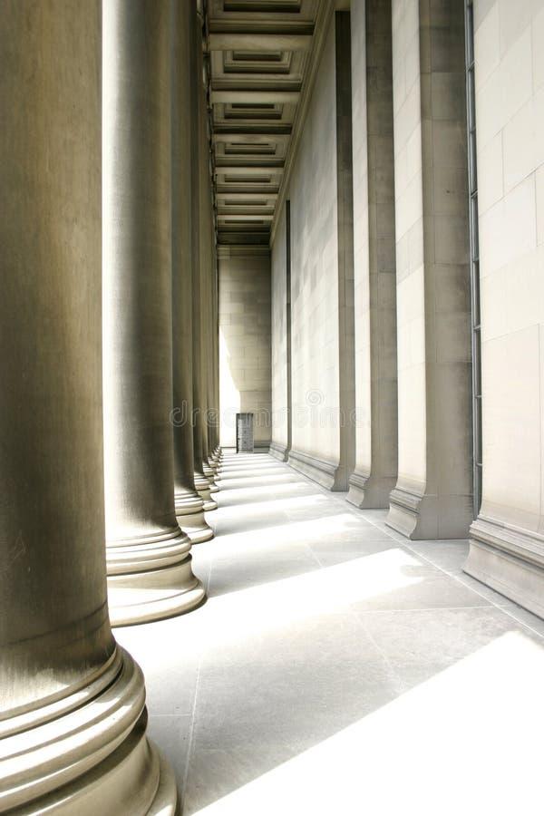 Pilares en la iluminación suave foto de archivo