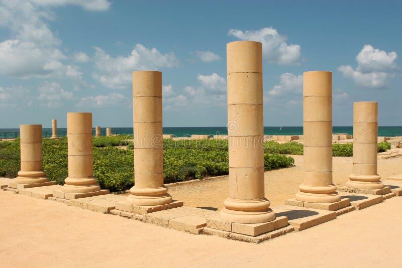 Pilares en la orilla de mar imagen de archivo libre de regalías