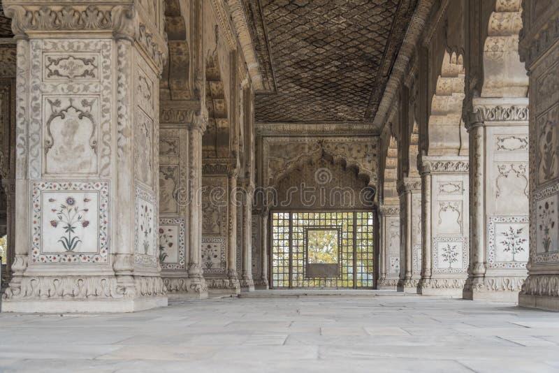 Pilares maravillosamente tallados en fuerte rojo en Nueva Deli, la India Fue construido en 1639 imagen de archivo libre de regalías