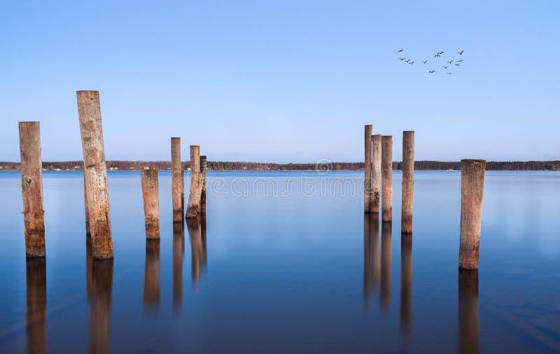 Pilares para una litera en el mar Báltico fotos de archivo libres de regalías