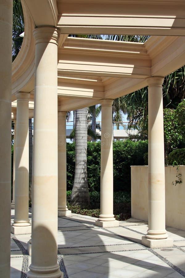 Pilares y camino del Corinthian foto de archivo libre de regalías