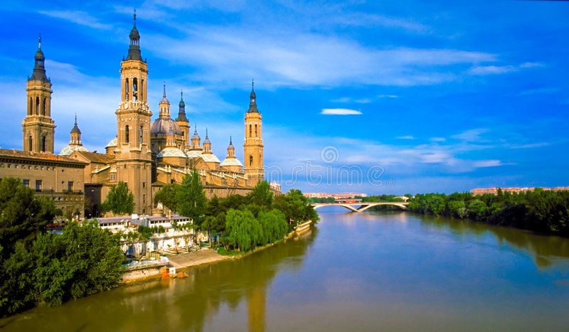 Pilars Kathedrale und Ebro-Fluss lizenzfreies stockbild