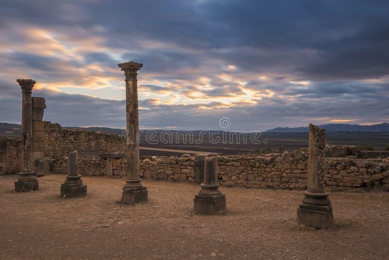 Pilars pendant le crépuscule aux ruines romaines antiques dans les volubilis, Maroc photos libres de droits