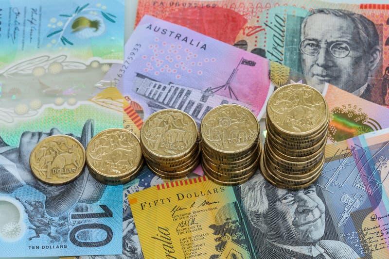 Pilas cada vez mayores de monedas del dólar australiano imágenes de archivo libres de regalías