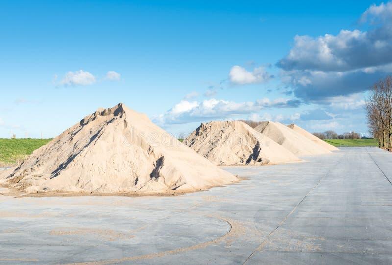 Pilas de arena y de grava fotografía de archivo