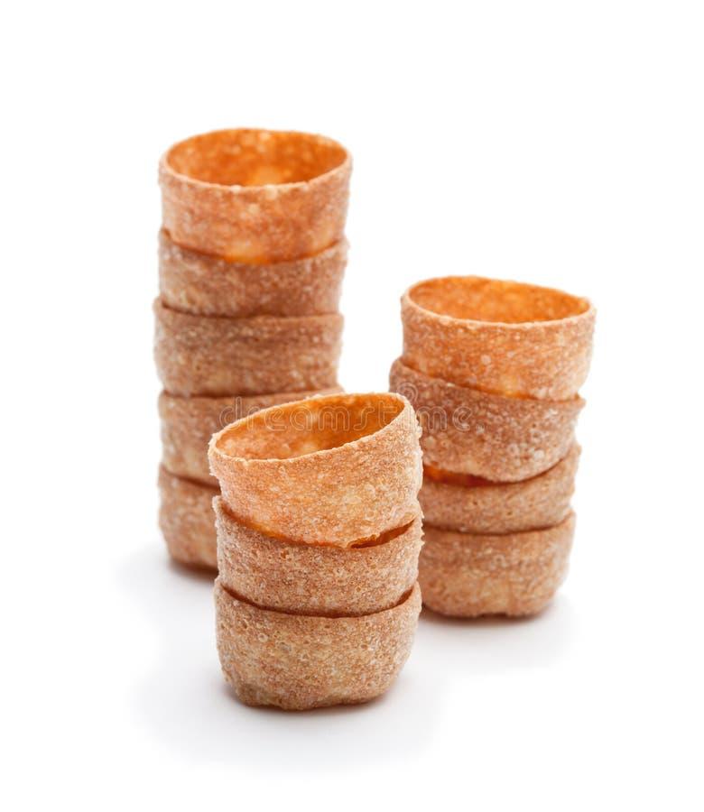 Pilas de cajas curruscantes de los pasteles de los croustades aisladas en blanco imagen de archivo libre de regalías