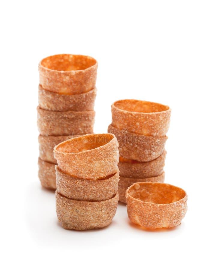Pilas de cajas curruscantes de los pasteles de los croustades aisladas en blanco foto de archivo libre de regalías