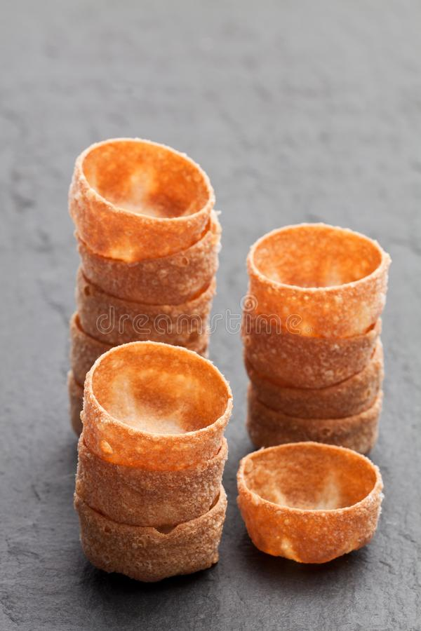 Pilas de cajas curruscantes de los pasteles de los croustades en backgro de piedra negro foto de archivo libre de regalías
