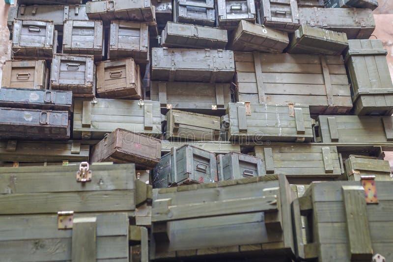 Pilas de cajas militares viejas de la munición foto de archivo libre de regalías