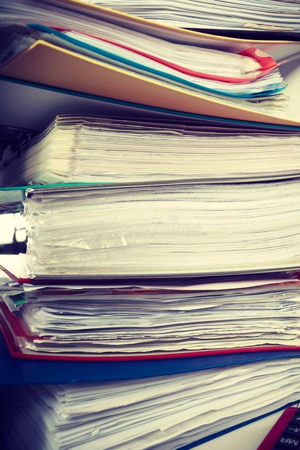Pilas de carpetas con los documentos imagen de archivo libre de regalías