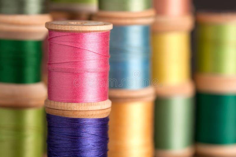 Pilas de carretes de la cuerda de rosca del vintage imagenes de archivo