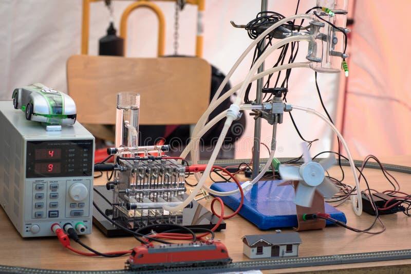 Pilas de combustible del hidrógeno que accionan la locomotora modelo y una fan imagen de archivo