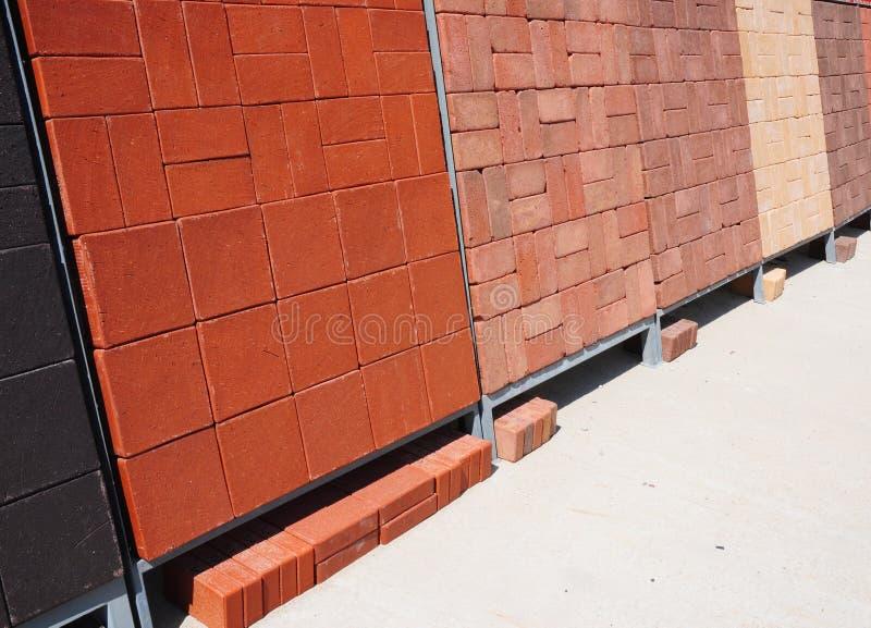 Pilas de diverso y para la venta Materiales del edificio y de construcción, pavimentadoras concretas coloreadas (piedra de pavime fotografía de archivo