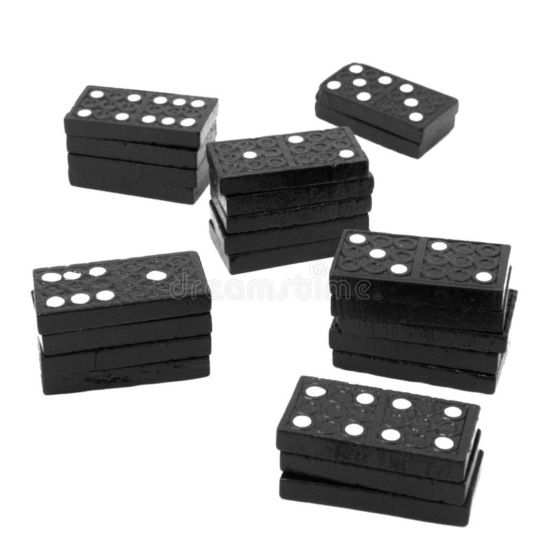 Pilas de dominós de madera negros imagen de archivo