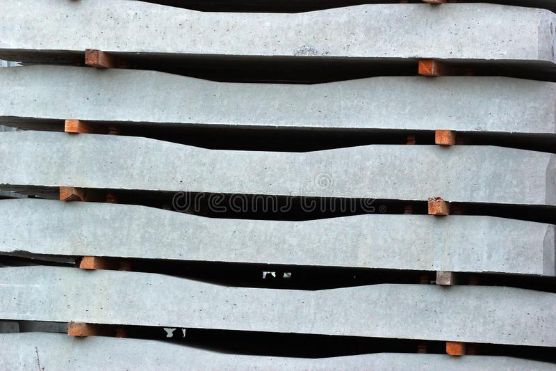 Pilas de durmientes concretos en un ferrocarril fotografía de archivo