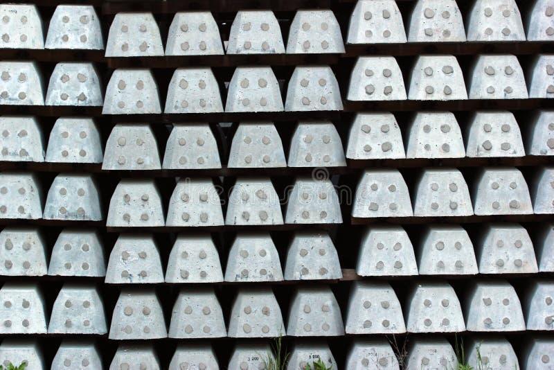 Pilas de durmientes concretos en un ferrocarril foto de archivo libre de regalías