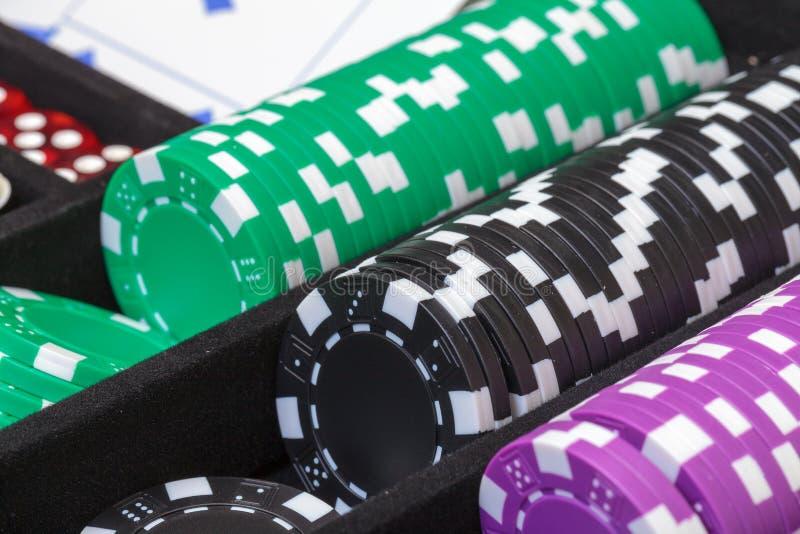 Pilas de fichas de póker multicoloras fotografía de archivo