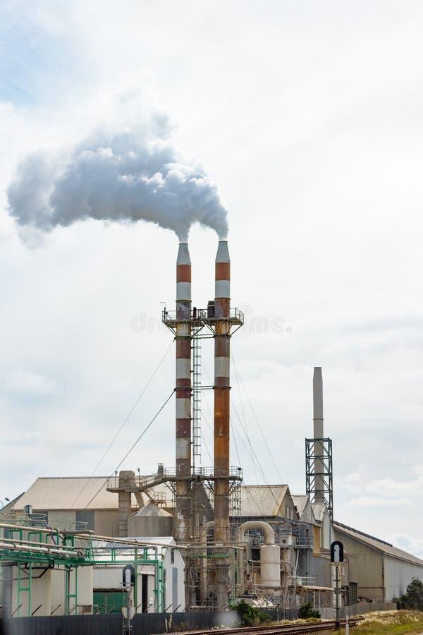 Pilas de humo gemelas de la señal del sitio de trabajos de Ravensdown Napier imagen de archivo libre de regalías