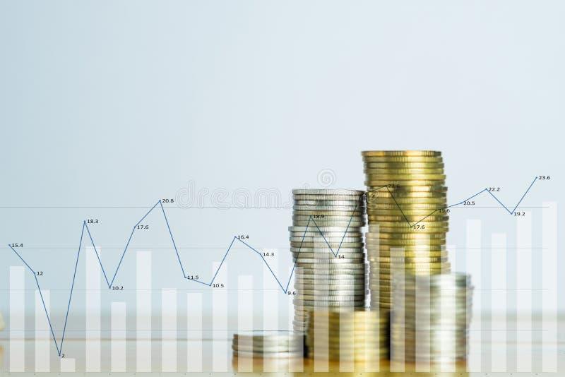 Pilas de la exposición doble de monedas en el witg de la tabla de funcionamiento financiero foto de archivo libre de regalías