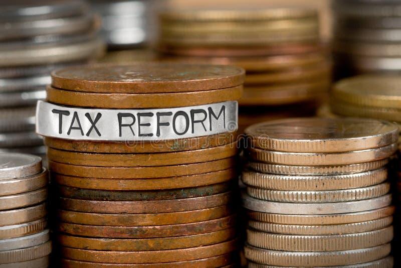 Pilas de la moneda con concepto de la reforma fiscal foto de archivo libre de regalías