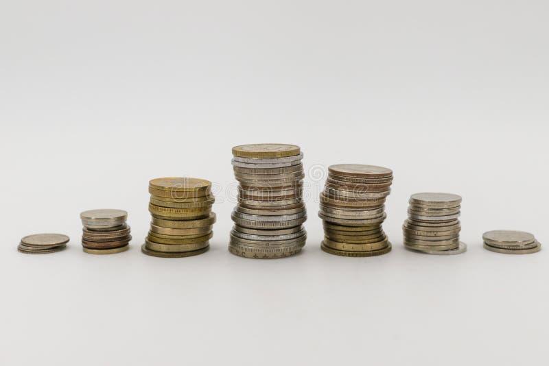 Pilas de la moneda en un fondo blanco imágenes de archivo libres de regalías