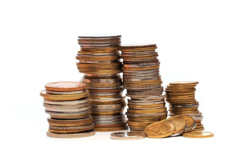 Pilas de la moneda en un fondo blanco - imagen fotografía de archivo