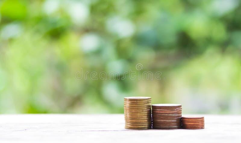 Pilas de la moneda en una naturaleza imagenes de archivo